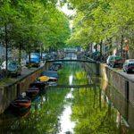Auto voor sloop in Amsterdam langs de grachten