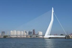 Sloopauto op de Erasmusbrug in Rotterdam na een ongeval dus schadeauto